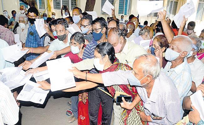 Problems At Vaccination Centers In Telangana - Sakshi