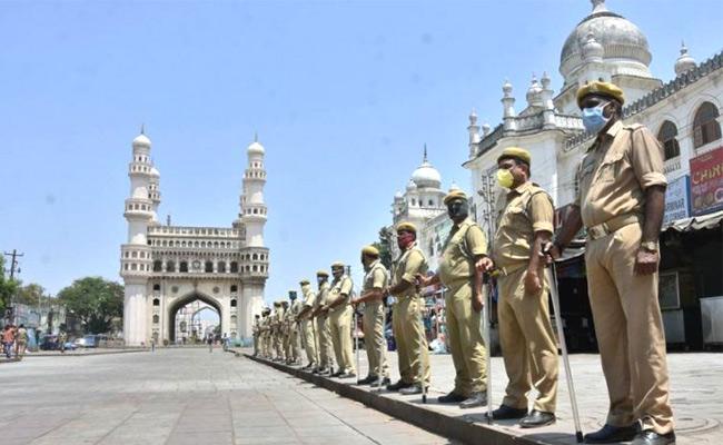 Lockdown Implementation In Telangana Heavy Crowd At Grocery Shop - Sakshi