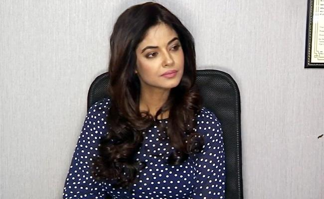 Actress Meera Chopra Reveals She Lost Two Very Close Cousins - Sakshi