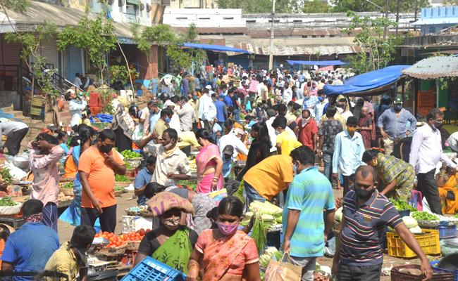 Telangana lockdown: Second Day Heavy Crowd At Vegetable And Super Markets - Sakshi