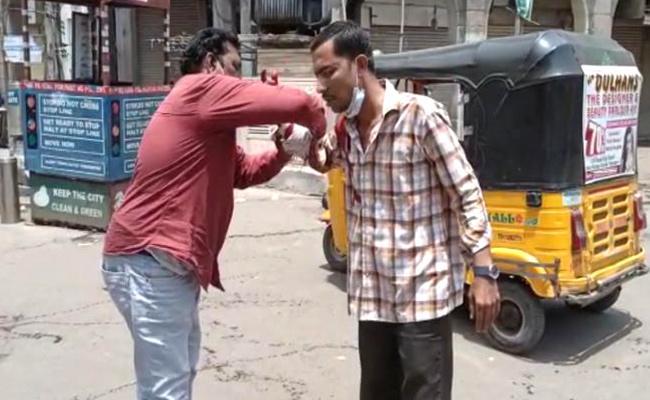 Auto Driver Halchal At Charminar Hyderabad - Sakshi