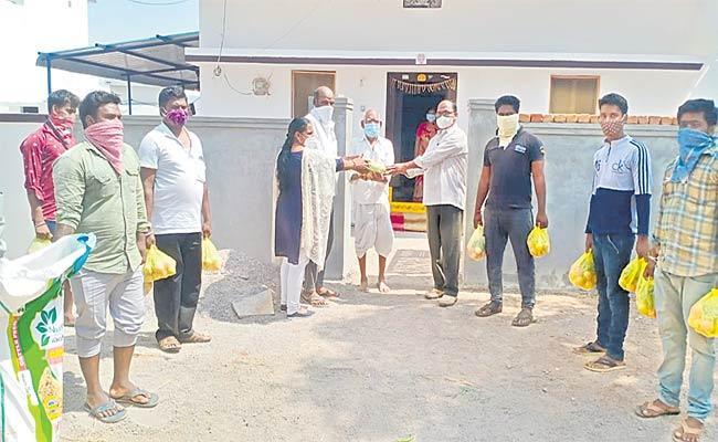 Lockdown: Sirsanagandla Village Sarpanch Distributing Vegetables To Poor People - Sakshi