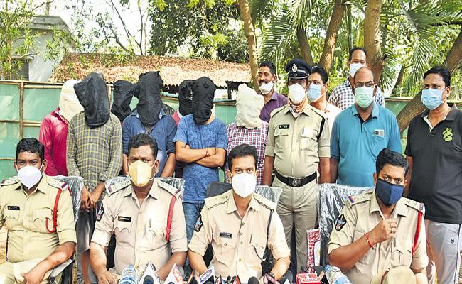 Police caught a gang selling Remdesivir Injections at high prices outside - Sakshi