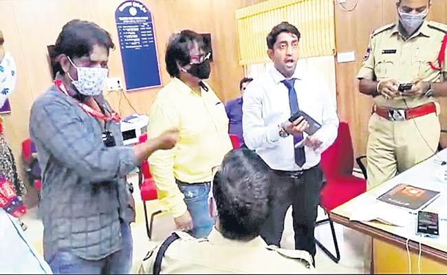 Two People Misbehaved With Doctors In Hyderabad - Sakshi