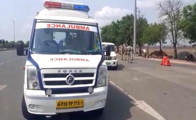 Police Stop AP Ambulances At Telangana Border - Sakshi