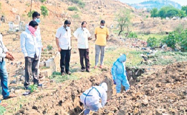 Telangana: MLA Kancharla Bhupal Reddy Cremate Corona Dead - Sakshi