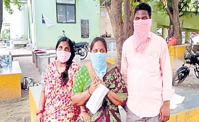 Covid Crisis Beds Shortage In Warangal MGM Hospital - Sakshi