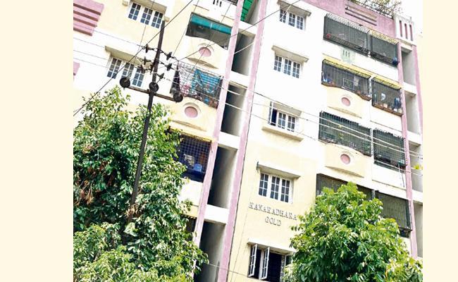 Kanaka Dhara Apartment People Stand Unity Against Corona Fight - Sakshi