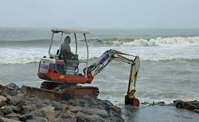 Taukte Cyclone Storm Hit Near Gujarat Sea Coast - Sakshi