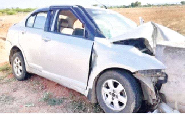 Anantapur District: Two Died In Car Accident In Rallaanantapuramu - Sakshi