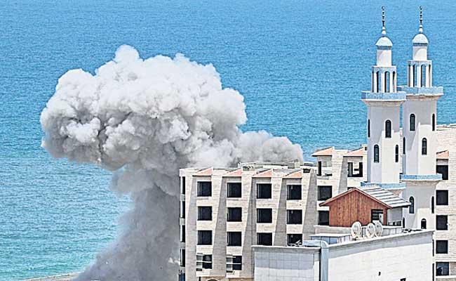 Israeli warplanes stage more heavy strikes across Gaza City - Sakshi