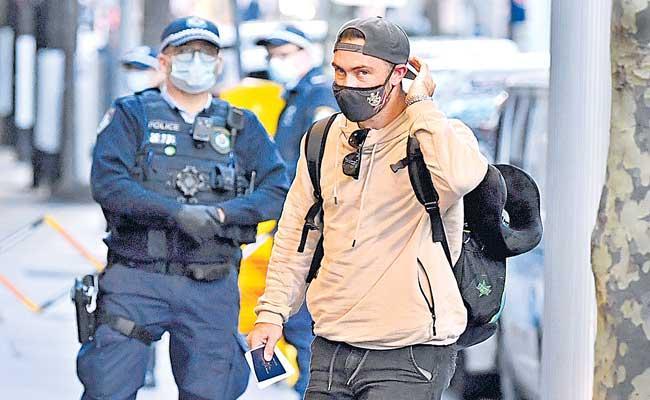 Australian cricketers return home from Maldives - Sakshi
