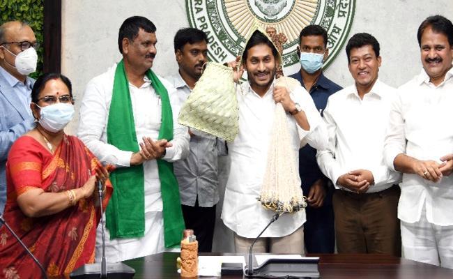 CM YS Jagan Released YSR Matsyakara Bharosa Money To Fishermen Accounts - Sakshi