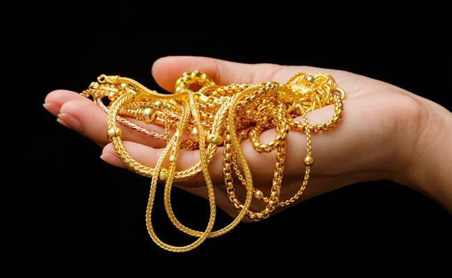 Coronavirus: Family Members Given Money For Removing Jewellery From Body - Sakshi