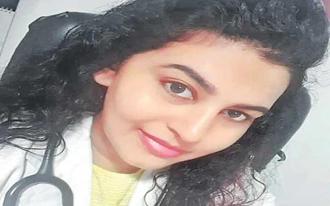 Hindu woman doctor in Kerala recites Islamic prayer to sinking covid patient - Sakshi