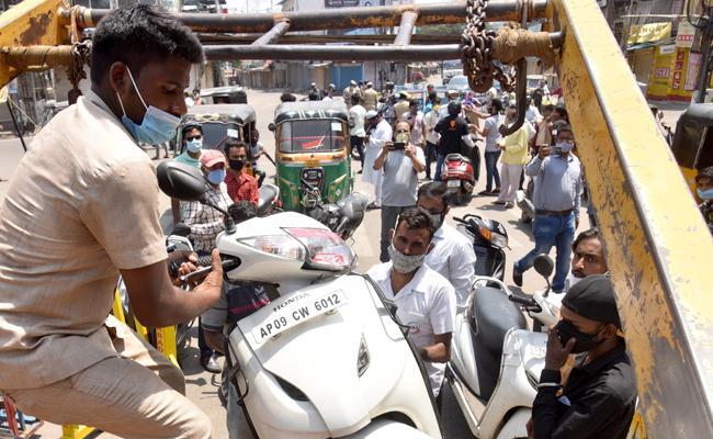 Lockdown In Telangana Rachakonda Police Cease Vehicles Voilated Rules - Sakshi