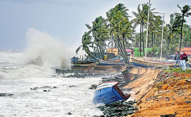 Strengthened Low pressure, Transforms into Yass cyclone tomorrow - Sakshi