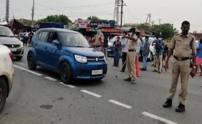 AP Telangana Border: Heavy Traffic At Ramapuram Check Post Due To Lockdown - Sakshi