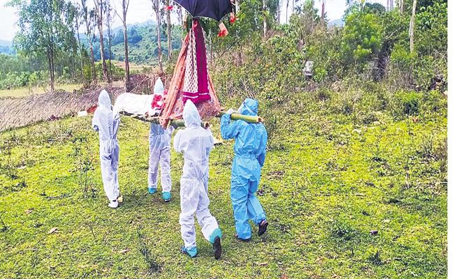 Funeral conducts with PPE kits in villages - Sakshi
