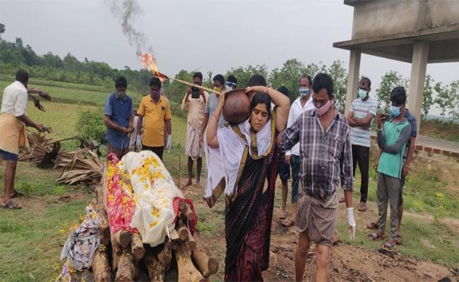 Srikakulam: Covid Husband Corpse Wife Caught Fire Ranasthalam - Sakshi