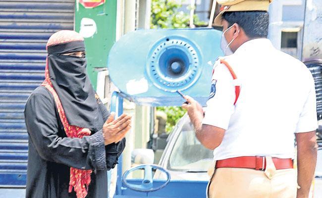 Hyderabad Lockdown: Traffic Police Seized Violator Two Wheeler at Kukatpally - Sakshi