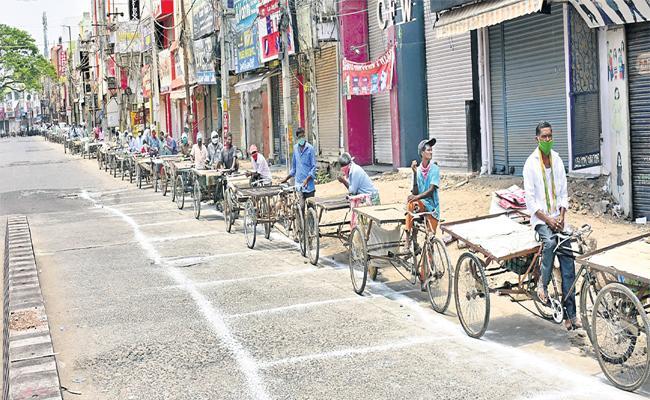 Warangal Police Distributes Rice To Rikshawala - Sakshi
