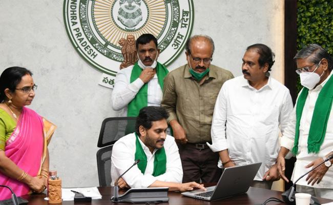 YS Jagan Released YSR Uchitha Pantala Bheema Funds In Tadepalli - Sakshi