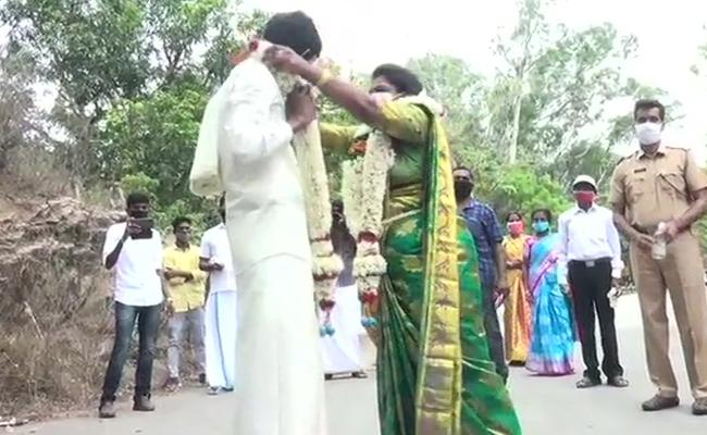 Couple Married Bridge Tamil Nadu Kerala Escape Covid Restrictions - Sakshi