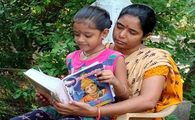 Seven Years Old Girl Reciting 700 Verses - Sakshi