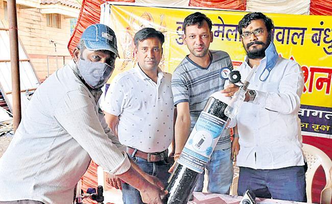 Agarwal Seva Bandhu Supplying Free Oxygen - Sakshi