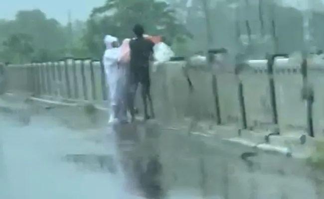 Covid Patient Body Being Thrown In River In Uttar Pradesh - Sakshi