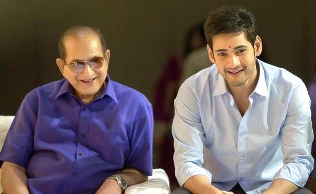Mahesh Babu Wishes To Super Star Krishna On His 78Th Birthday - Sakshi