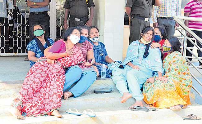 24 patients die at Chamarajanagar hospital due to lack of oxygen - Sakshi