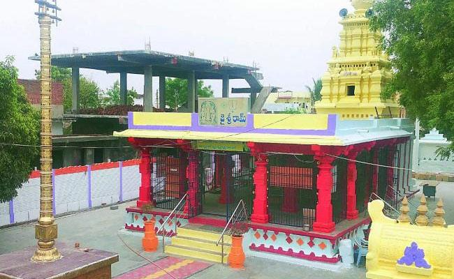 Many Politicians In Devaryamjal Temple Lands Encroachment Issue - Sakshi