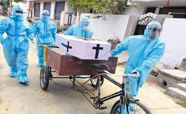 Volunteers conducted the funeral to the man dead with corona - Sakshi