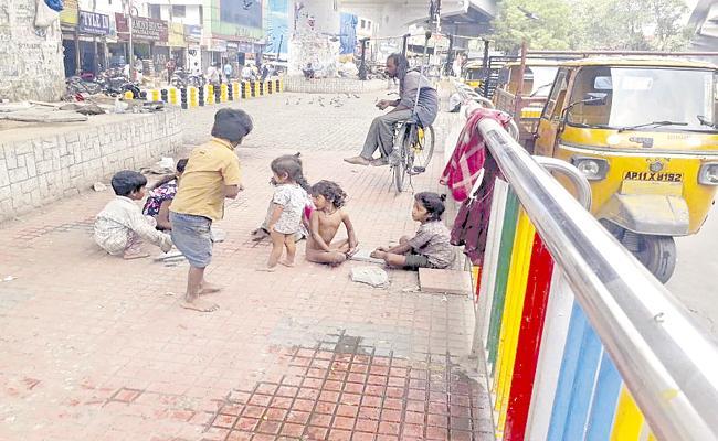 Hyderabad: Migrant Workers Children Childhood Lives On Footpath - Sakshi
