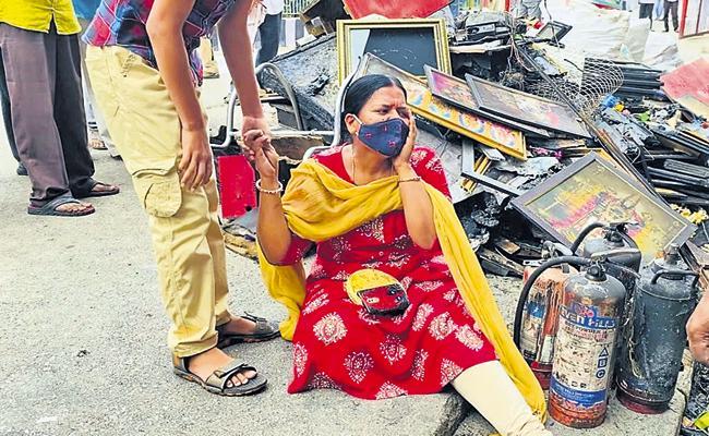 Photographer burns alive in Massive fire accident in Tirumala - Sakshi