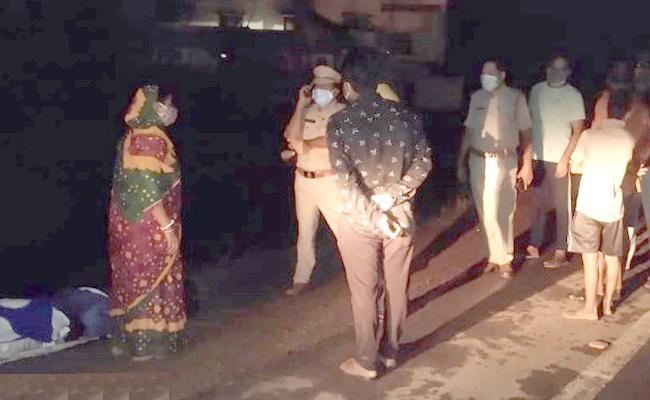 Srikakulam: Taxi Driver Left Woman And Her Husband Dead Body On Road - Sakshi
