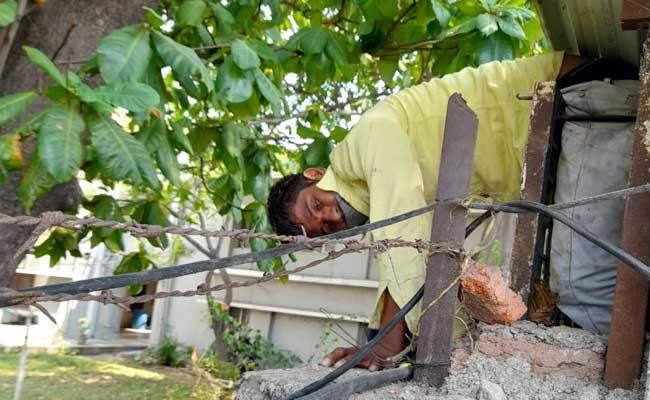 Thief Gets Stuck Between The Iron Sheets In Nizamabad District - Sakshi