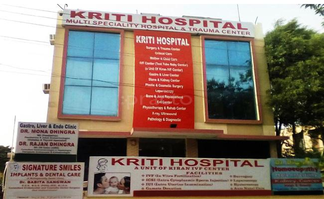 Doctors And Staff Escape From Hospital In Gurgaon Kruthi Hospital - Sakshi