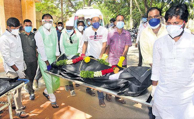 Bhumana karunakar Reddy performs last rites of 21 Covid victims - Sakshi