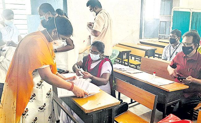 Corona Warrior: Madugula PHC Doctor Padmavati, Uninterrupted Services in Guntur District - Sakshi
