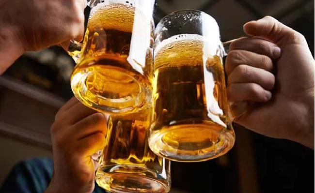 Pune Cops Help Man Who Lost Rs 150000 While Ordering Beer Online - Sakshi