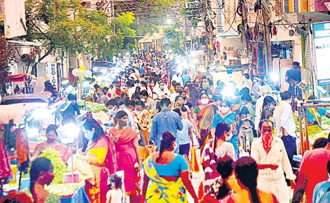 Hundreds Gather Market Places In Hyderabad - Sakshi