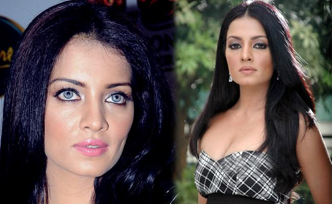 Celina Jaitley Lost Ability To Walk After Losing Her Father - Sakshi