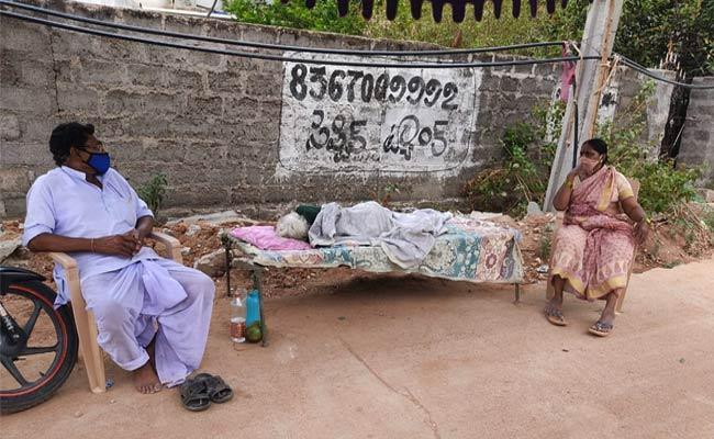 Woman Leaves 100 Years Old Grandmother On Street In Vemulawada - Sakshi