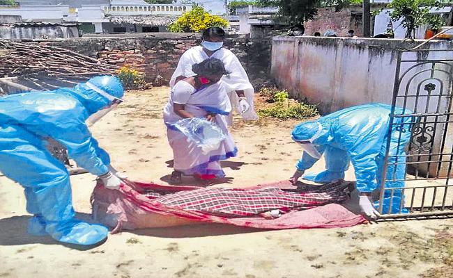 Village secretariat officials conducted funeral to covid victim - Sakshi