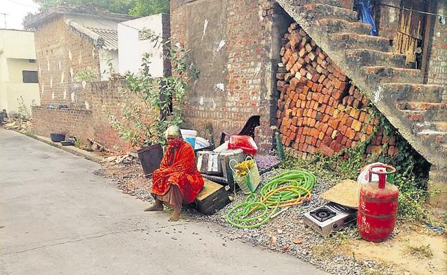 House owner throw old women with corona fear - Sakshi