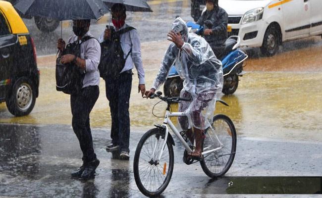 First Monsoon Rains Disrupts Life In Mumbai - Sakshi