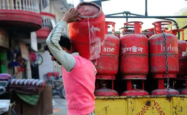 Customers Can Soon Refill Cylinder From The Distributors of Their Choice - Sakshi